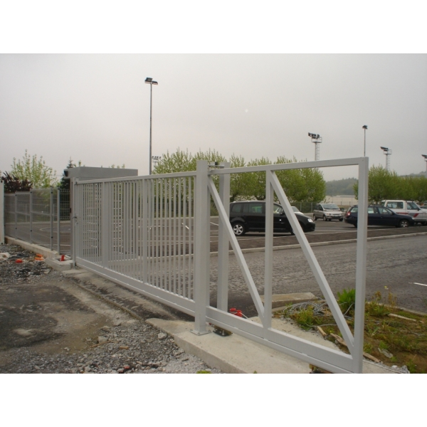 Portail autoportant thar portes de garage sur mesure aamis for Aamis porte de garage